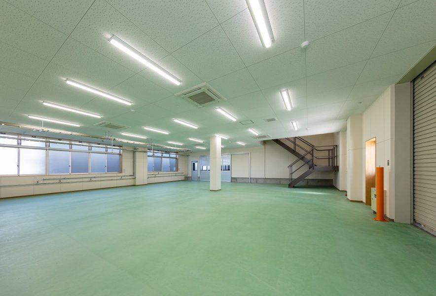 一部を2階建てにして事務蘇と1階の一部を工場として使用。