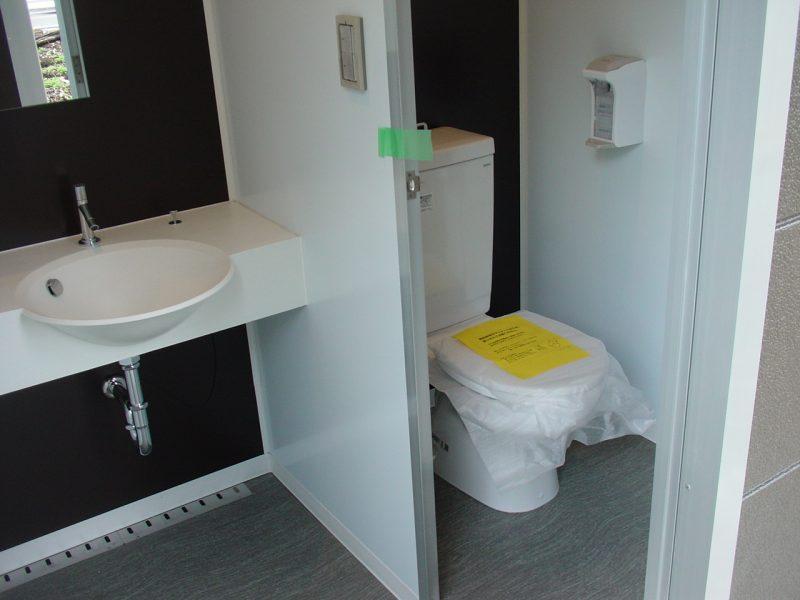 ユニットの中には便器と洗面台