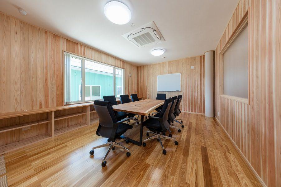 応接室には杉の一枚板のテーブル