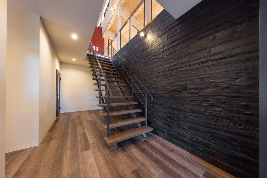 壁にはノッティーグレーヴウォール(杉板圧縮加工材)を採用し、アクセントウォールに仕上げました。