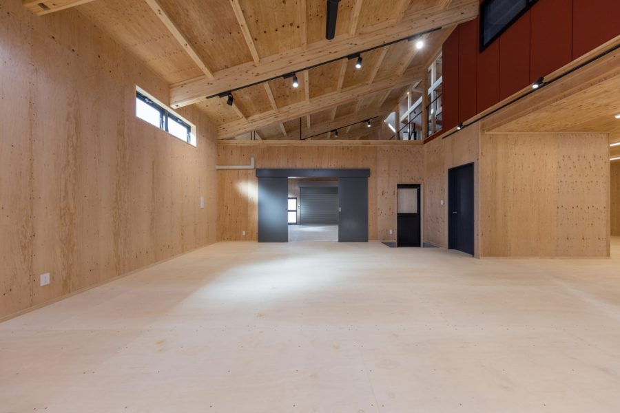 勾配天井にすることで、高さも確保。2階の事務所スペースからも見渡すこともできます。