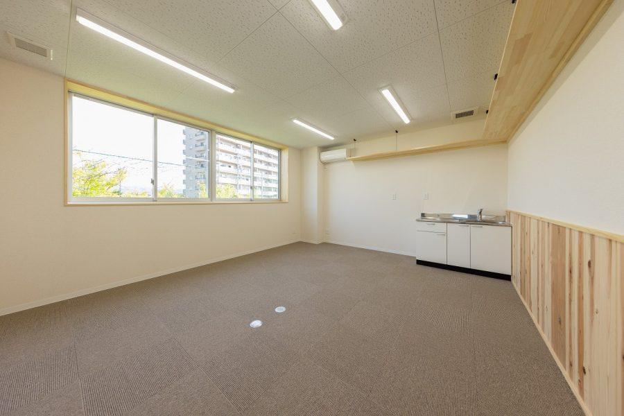 中二階の1部に事務所を併設。腰壁に杉板を貼りました。