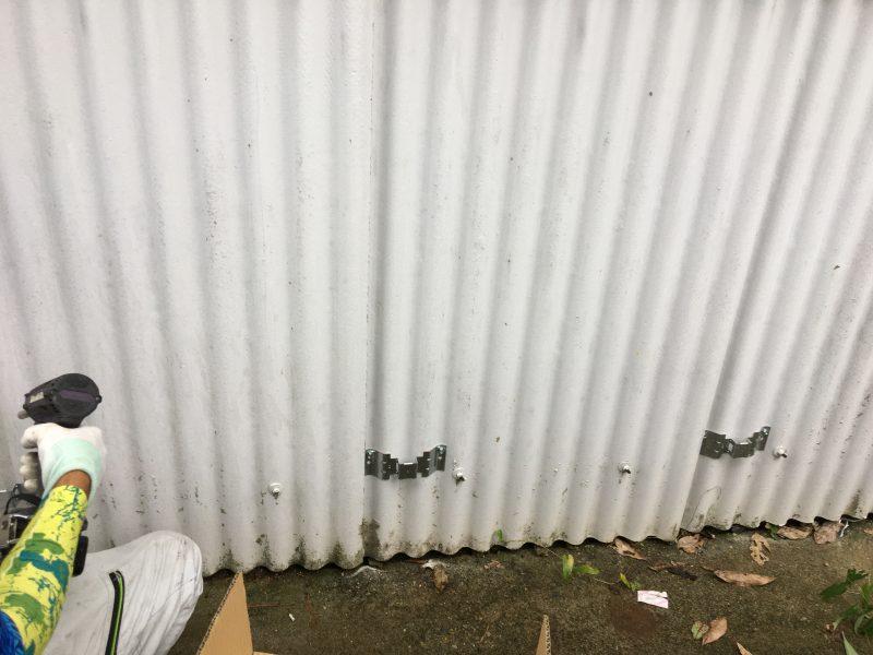 既存外壁に遮熱シートを貼るためのフレームビスを取りつけます。